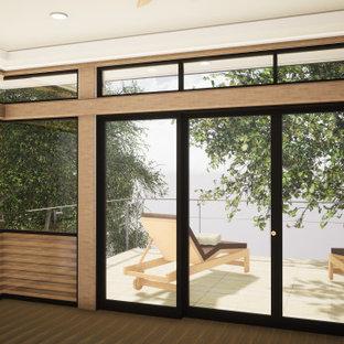 サンディエゴの広いモダンスタイルのおしゃれな主寝室 (白い壁、無垢フローリング、暖炉なし、茶色い床、格子天井) のレイアウト