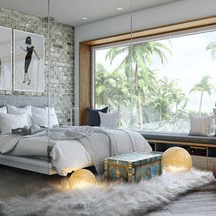 Diseño de dormitorio principal, contemporáneo, con paredes grises y suelo de madera en tonos medios