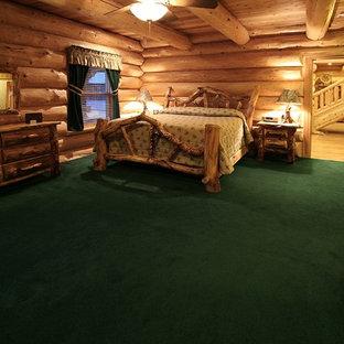 Foto di una grande camera matrimoniale rustica con moquette, nessun camino e pavimento verde