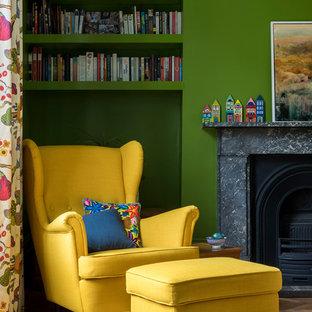 Ispirazione per una camera degli ospiti nordica con pareti verdi e cornice del camino in pietra