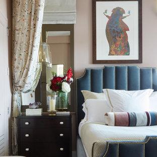Ejemplo de dormitorio principal, clásico renovado, de tamaño medio, sin chimenea, con paredes rosas, suelo de madera clara y suelo gris