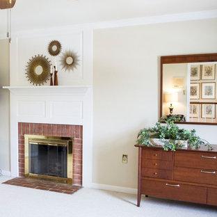 Стильный дизайн: хозяйская спальня в стиле современная классика с бежевыми стенами, ковровым покрытием, стандартным камином, фасадом камина из кирпича и белым полом - последний тренд
