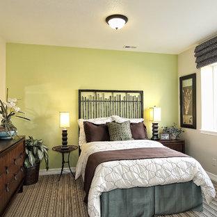 Imagen de habitación de invitados clásica renovada con paredes amarillas, moqueta y suelo multicolor