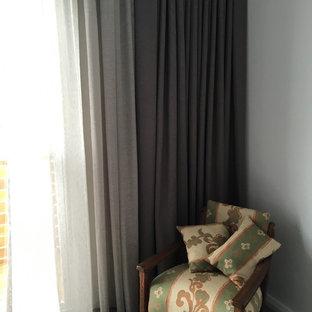 Imagen de dormitorio contemporáneo con paredes rosas y moqueta