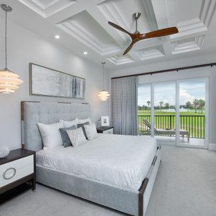 Modern inredning av ett sovrum, med grå väggar, heltäckningsmatta och grått golv