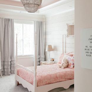Klassisk inredning av ett mellanstort gästrum, med heltäckningsmatta, vitt golv och rosa väggar