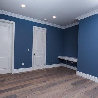 Imagen de habitación de invitados contemporánea, de tamaño medio, con paredes azules y suelo de madera oscura