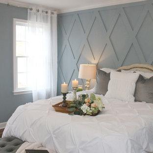 Immagine di una camera matrimoniale country di medie dimensioni con pareti grigie, pavimento in legno verniciato, nessun camino e pavimento marrone