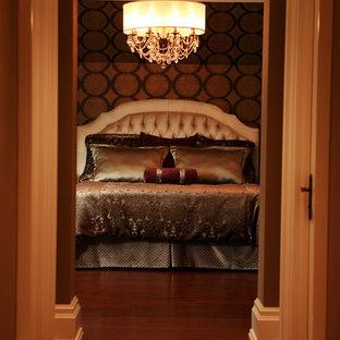 Ejemplo de dormitorio principal, tradicional, grande, sin chimenea, con paredes marrones y suelo de madera oscura