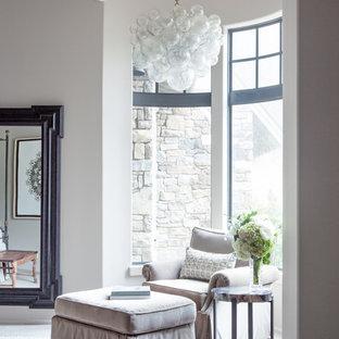 Ispirazione per una grande camera matrimoniale chic con pareti grigie, nessun camino, pavimento in pietra calcarea e pavimento grigio