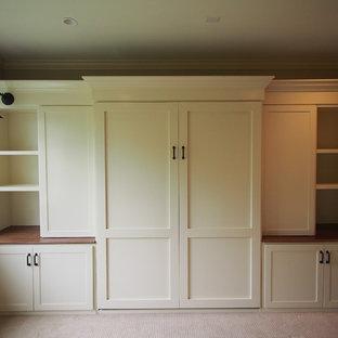Inspiration pour une grand chambre craftsman avec un mur beige et aucune cheminée.