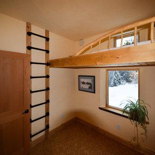 Imagen de habitación de invitados de estilo americano, pequeña, con paredes amarillas, suelo de corcho y suelo beige