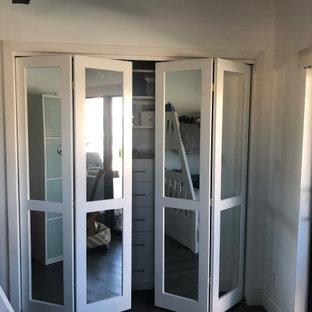 Idéer för att renovera ett mellanstort funkis gästrum, med vita väggar, laminatgolv och brunt golv