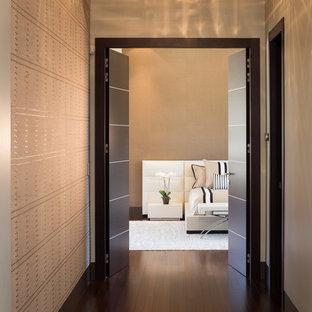 Foto de dormitorio principal, contemporáneo, extra grande, con paredes beige y suelo de bambú