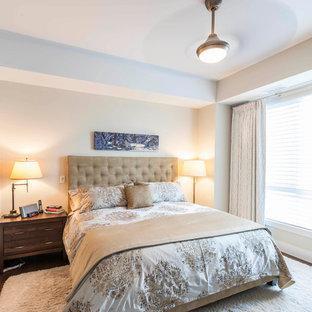 Imagen de dormitorio principal, clásico renovado, grande, con paredes beige, suelo de madera oscura y suelo amarillo