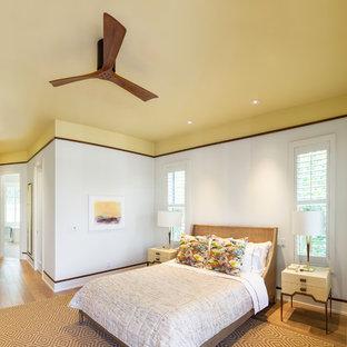 マイアミの大きいコンテンポラリースタイルのおしゃれな主寝室 (白い壁、淡色無垢フローリング、ベージュの床) のレイアウト