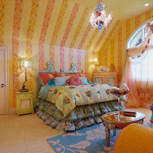 Imagen de habitación de invitados bohemia, grande, sin chimenea, con paredes amarillas, moqueta y suelo amarillo