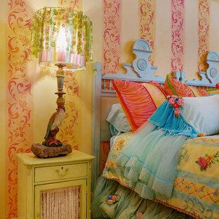 Diseño de habitación de invitados ecléctica, grande, sin chimenea, con paredes amarillas, moqueta y suelo amarillo