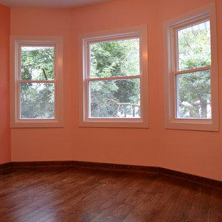 Diseño de habitación de invitados tradicional, de tamaño medio, sin chimenea, con paredes rosas, suelo de madera oscura y suelo marrón