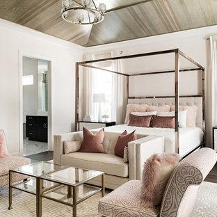 Imagen de dormitorio principal, clásico renovado, con paredes rosas, suelo de madera oscura y suelo marrón