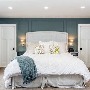 Ispirazione per una camera da letto chic con pareti blu e moquette