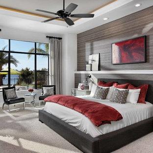 Неиссякаемый источник вдохновения для домашнего уюта: хозяйская спальня среднего размера в современном стиле с серыми стенами, ковровым покрытием и горизонтальным камином