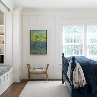 Exemple d'une chambre parentale bord de mer de taille moyenne avec un mur blanc, un sol en bois foncé, aucune cheminée et un sol marron.