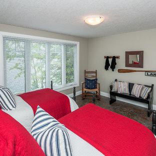 Ejemplo de dormitorio tradicional, de tamaño medio, sin chimenea, con suelo vinílico, suelo multicolor y paredes grises