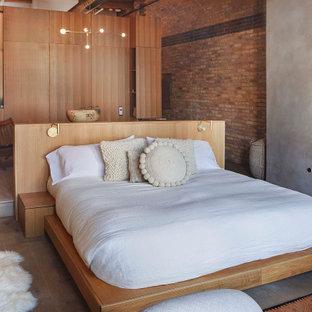 Diseño de dormitorio principal y ladrillo, contemporáneo, ladrillo, con suelo de madera clara, todas las chimeneas, marco de chimenea de yeso, suelo marrón y ladrillo