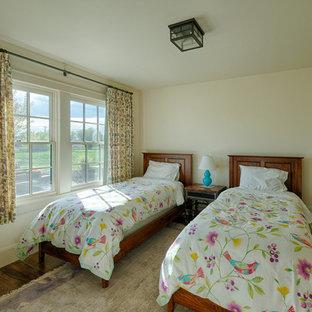 Immagine di una grande camera degli ospiti country con pareti bianche, pavimento in compensato e nessun camino