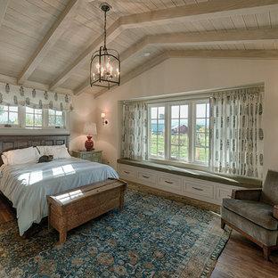 На фото: большие гостевые спальни в стиле кантри с белыми стенами и полом из фанеры без камина