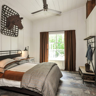Ejemplo de habitación de invitados de estilo de casa de campo, sin chimenea, con paredes blancas y suelo multicolor
