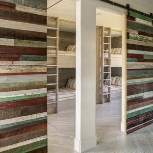 Foto de dormitorio tipo loft, actual, de tamaño medio, sin chimenea, con paredes blancas y suelo de madera clara