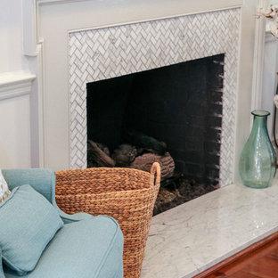 Foto de habitación de invitados tradicional renovada, grande, con paredes blancas, suelo de madera en tonos medios, chimenea tradicional, marco de chimenea de baldosas y/o azulejos y suelo marrón