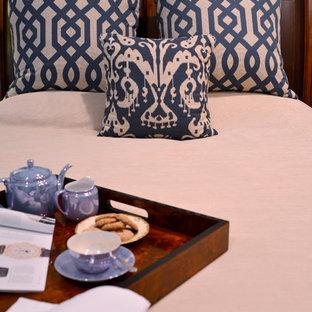 ニューヨークの中サイズのコンテンポラリースタイルのおしゃれな客用寝室 (青い壁、濃色無垢フローリング、暖炉なし、茶色い床)