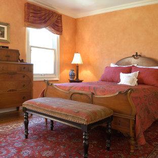 Diseño de habitación de invitados clásica renovada, de tamaño medio, con parades naranjas y suelo de madera en tonos medios