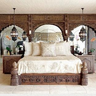 Modelo de dormitorio principal, rural, grande, sin chimenea, con paredes marrones, suelo de pizarra y suelo beige