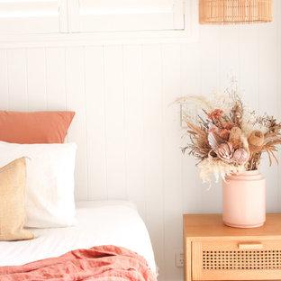 Modelo de dormitorio principal y machihembrado, mediterráneo, machihembrado, con paredes blancas, suelo de contrachapado, suelo marrón y machihembrado