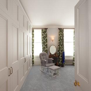 Imagen de habitación de invitados contemporánea, de tamaño medio, con paredes azules, moqueta, chimenea de esquina, marco de chimenea de metal y suelo violeta