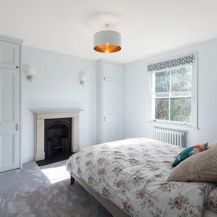 Foto de habitación de invitados contemporánea, de tamaño medio, con paredes azules, moqueta, chimenea de esquina, marco de chimenea de metal y suelo violeta