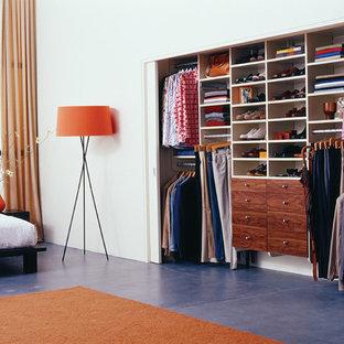 Modern inredning av ett mellanstort sovrum, med skiffergolv