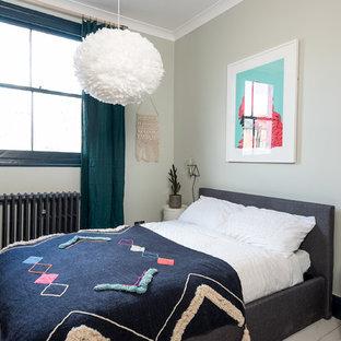 ロンドンの中サイズのコンテンポラリースタイルのおしゃれなゲスト用寝室 (塗装フローリング、標準型暖炉、木材の暖炉まわり、白い床、緑の壁)