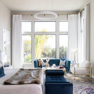 Immagine di una camera matrimoniale contemporanea di medie dimensioni con pavimento in legno massello medio, camino lineare Ribbon, cornice del camino piastrellata, pavimento grigio e pareti grigie