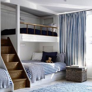 Modelo de dormitorio principal, minimalista, pequeño, con paredes blancas y suelo azul