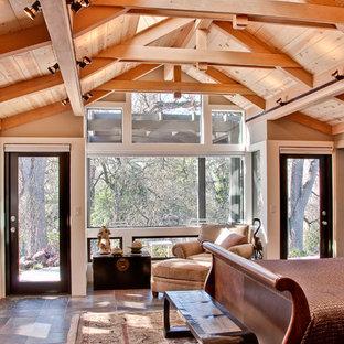 Diseño de dormitorio principal, clásico renovado, de tamaño medio, sin chimenea, con paredes beige, suelo de pizarra y suelo marrón