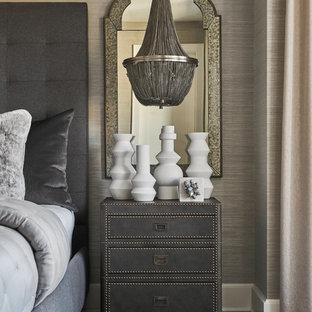Idee per una grande camera matrimoniale classica con pareti beige, parquet scuro, nessun camino e pavimento marrone