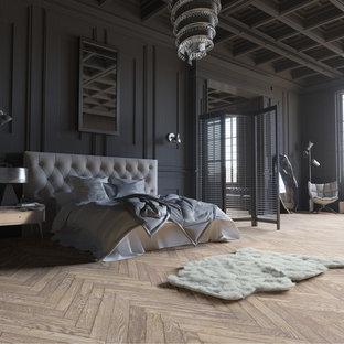Modelo de dormitorio principal, clásico, de tamaño medio, con paredes negras, suelo de madera clara y suelo marrón