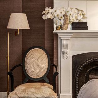 Неиссякаемый источник вдохновения для домашнего уюта: гостевая спальня среднего размера в викторианском стиле с коричневыми стенами, ковровым покрытием, фасадом камина из штукатурки и стандартным камином