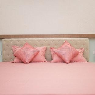 На фото: со средним бюджетом хозяйские спальни среднего размера в современном стиле с белыми стенами, полом из керамической плитки и бежевым полом без камина