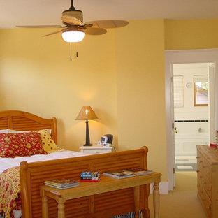 Foto di una piccola camera matrimoniale american style con pareti gialle, moquette, nessun camino e pavimento giallo